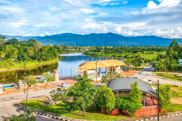 Cidade de lawas em sarawak, malásia, com rio e lindo céu azul