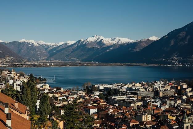Cidade de lugano com vista para o lago no cantão de ticino