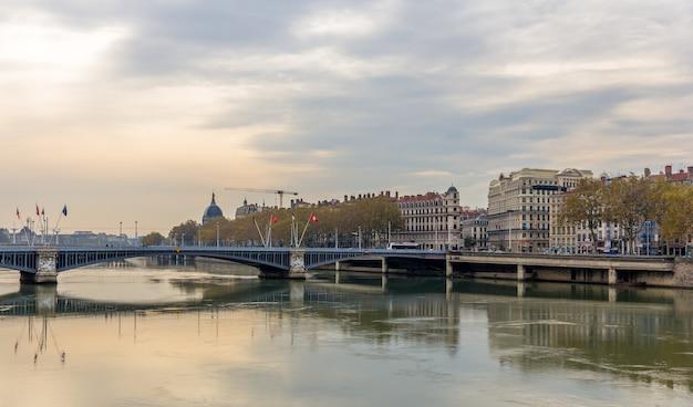 Cidade de lyon às margens do rio saône - frança