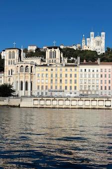Cidade de lyon com rio ródano e basílica