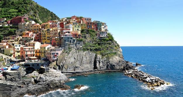 Cidade de manarola na rocha, cinque terre, ligúria, itália