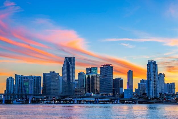 Cidade de miami, flórida, pôr do sol de verão, eua