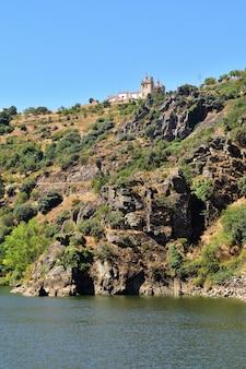 Cidade de mirando do douro e rio douro, portugal