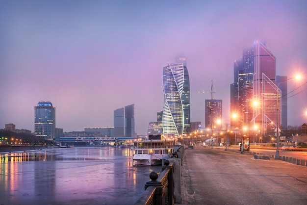 Cidade de moscou sob nuvens lilás