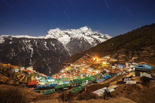 Cidade de namche bazaar no nepal à noite