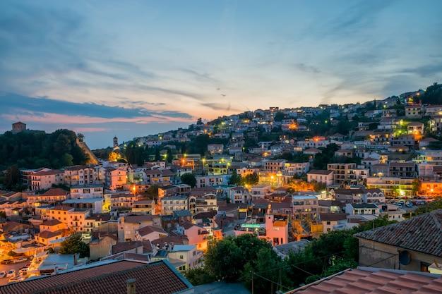 Cidade de noite romântica nos raios do pôr do sol.