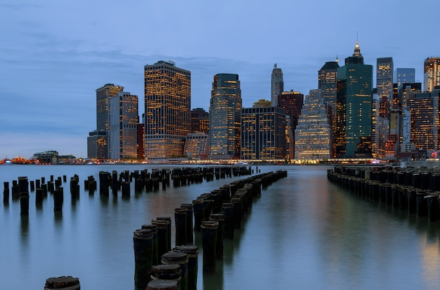 Cidade de nova york. arranha-céus da skyline de manhattan na noite do crepúsculo.