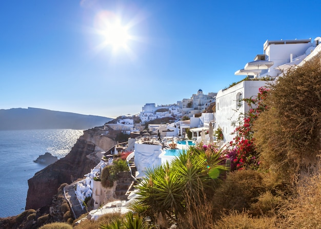 Cidade de oia na ilha de santorini, grécia. thira vila por do sol com vista para o mar.