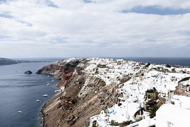 Cidade de oia na ilha de santorini, grécia. vista, de, tradicional, casas brancas, foco seletivo