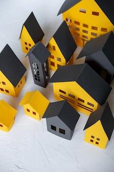 Cidade de papel cortada de um papel amarelo sobre fundo branco