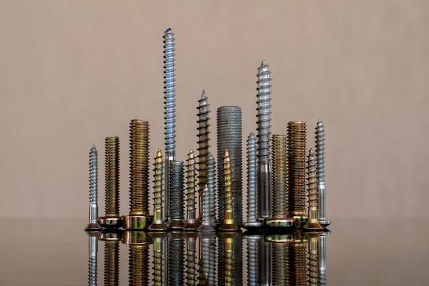 Cidade de parafuso com fundo reflexo e neutro