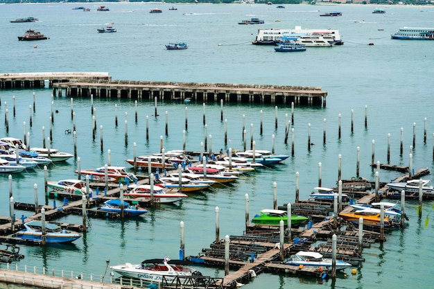 Cidade de pattaya e cais do porto e estacionamento no cais de bali hai