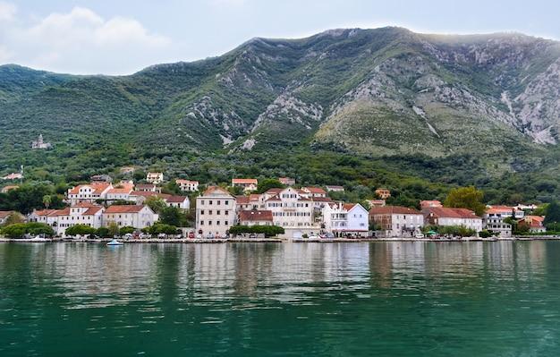 Cidade de perast na baía de kotor mar adriático vista panorâmica do mar a partir do iate