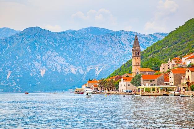 Cidade de perast na costa da baía de kotor, em montenegro
