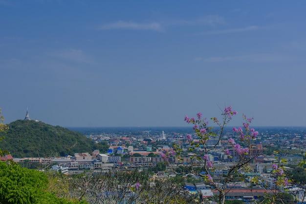 Cidade de phetchaburi de um ângulo alto na tailândia.