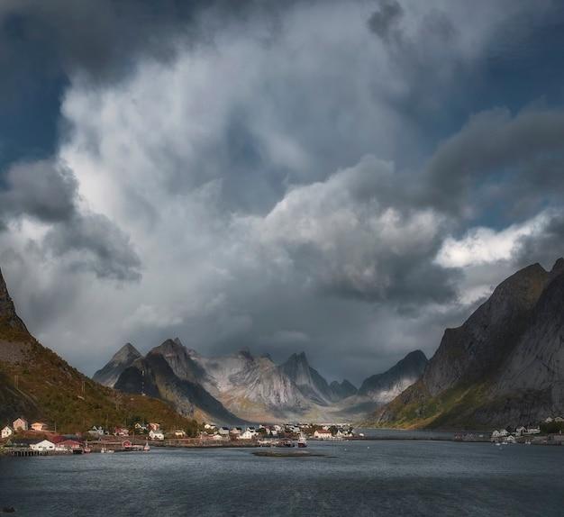 Cidade de reine, noruega, lofoten sob um céu dramático com nuvens