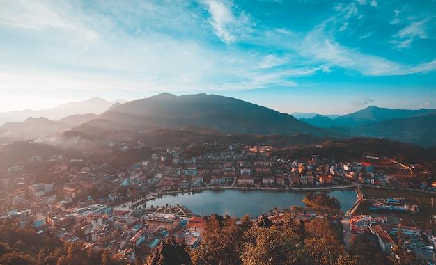 Cidade de sapa durante belo dia de sol, província de lao cai, norte do vietnã
