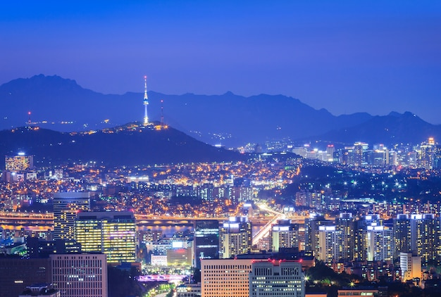 Cidade de seul bela noite da coréia com a torre de seul após o pôr do sol