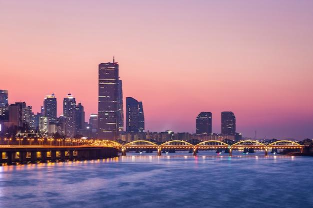 Cidade de seul e arranha-céus, yeouido após o pôr do sol, coreia do sul.