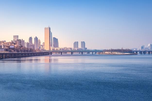 Cidade de seul e arranha-céus, yeouido, coréia do sul.