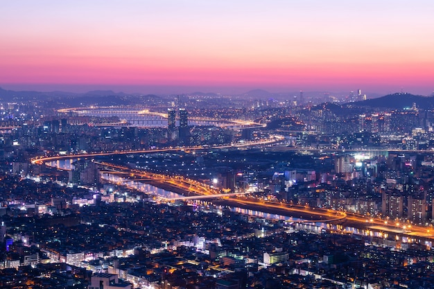 Cidade de seul e skyline com arranha-céus no pôr do sol, rio han em vista aérea da montanha yongma ou yongmasan