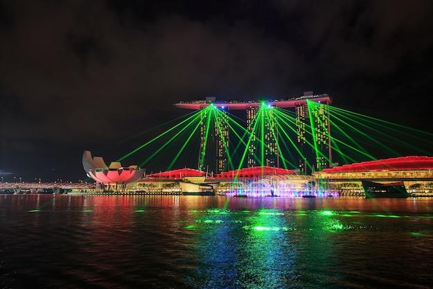Cidade de singapura à noite com show de laser na frente de água de baía de marina