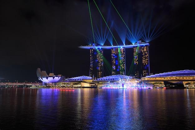 Cidade de singapura à noite com show de laser