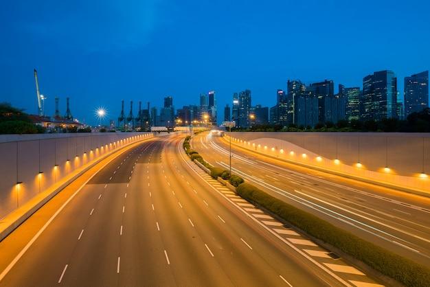 Cidade de singapura, finanças da baía do porto e zona de comércio da cidade moderna na noite em singapura.