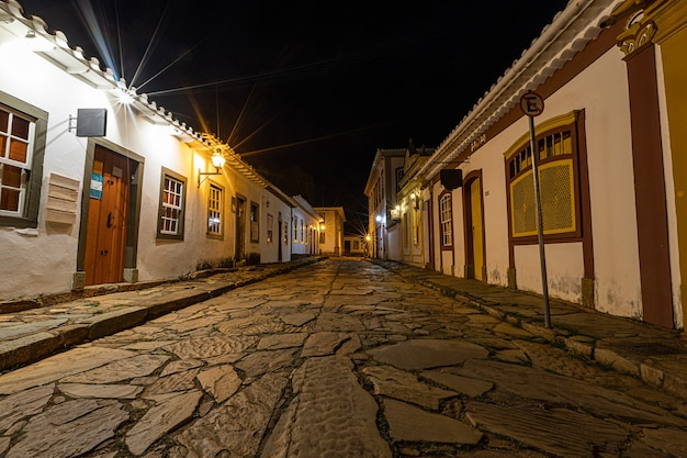 Cidade de tiradentes à noite, com ruas, becos e coloridas casas coloniais