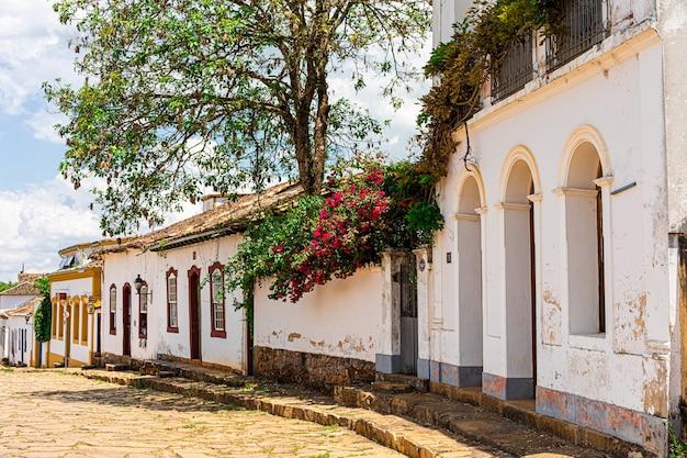 Cidade de tiradentes, com ruas, becos e coloridas casas coloniais