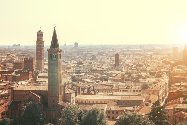Cidade de verona ao pôr do sol na itália
