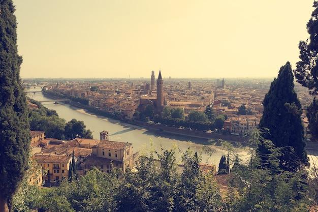 Cidade de verona com rio em dia ensolarado na itália Foto Premium
