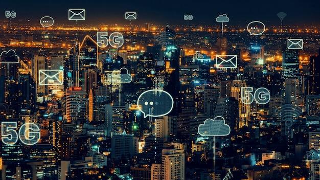 Cidade digital inteligente com gráfico abstrato de globalização mostrando rede de conexão