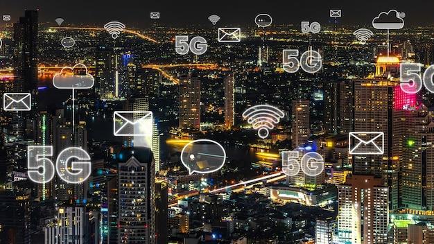 Cidade digital inteligente com gráfico abstrato mostrando rede de conexão