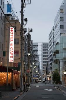 Cidade do japão à noite com sinal