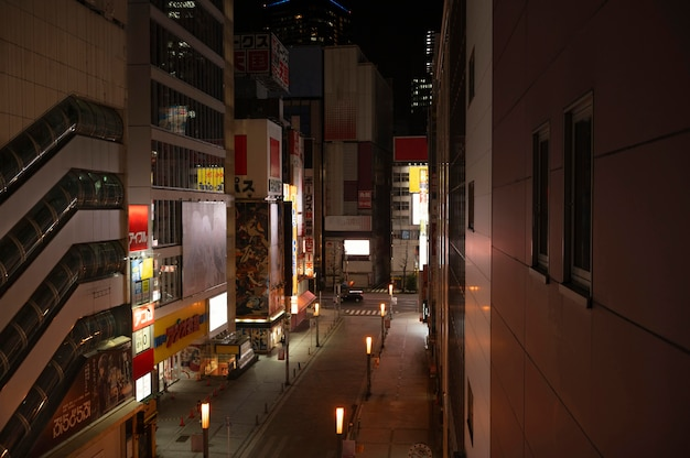 Cidade do japão com ruas vazias e luzes