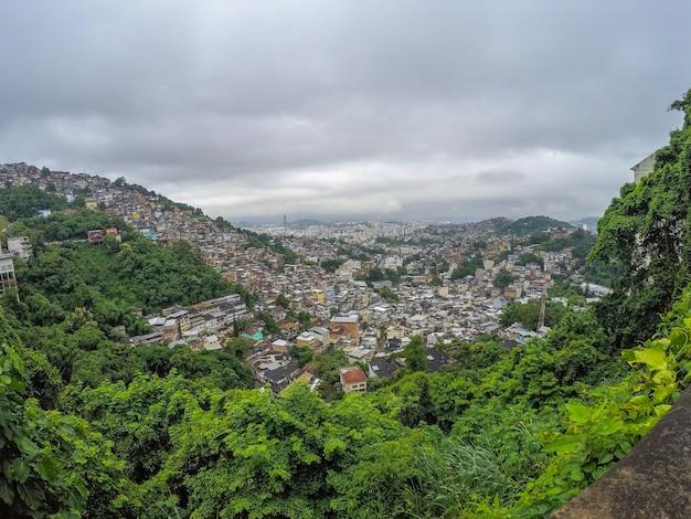 Cidade do rio de janeiro vista do alto do bairro de santa tereza em um dia nublado.