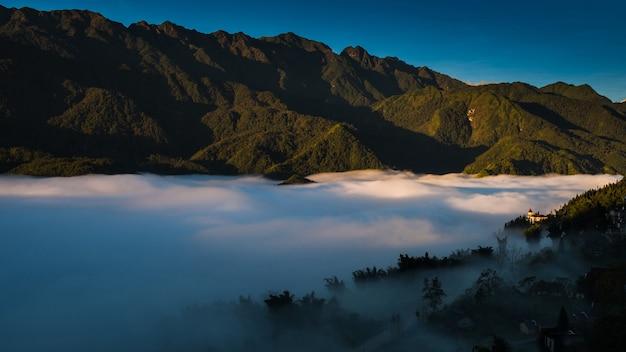 Cidade do vale de sapa na névoa da manhã, vietnã