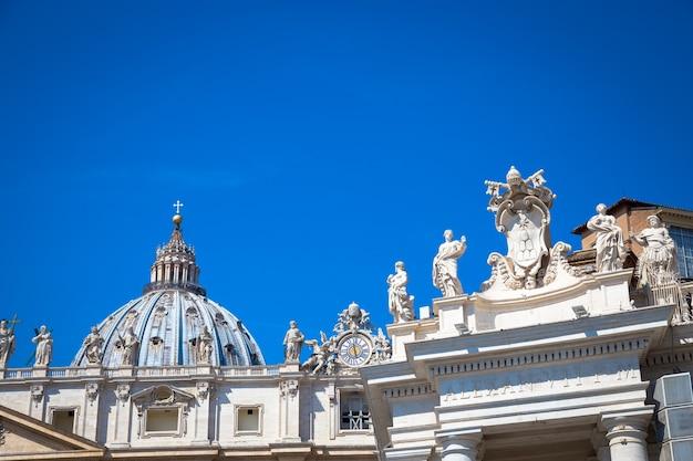 Cidade do vaticano em roma. detalhe da cúpula da igreja de são pedro no topo da colunata de bernini