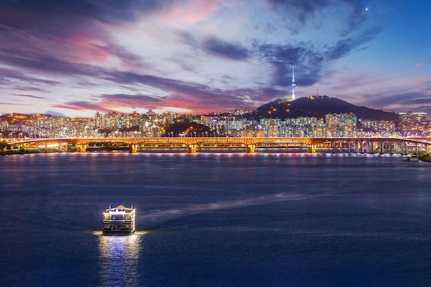 Cidade e ponte de seul, bela noite da coreia com a torre de seul após o pôr do sol