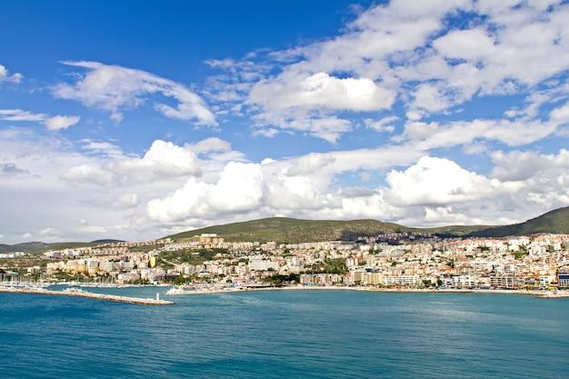 Cidade e porto em kusadasi, ilha de pássaros na costa turca do mar egeu