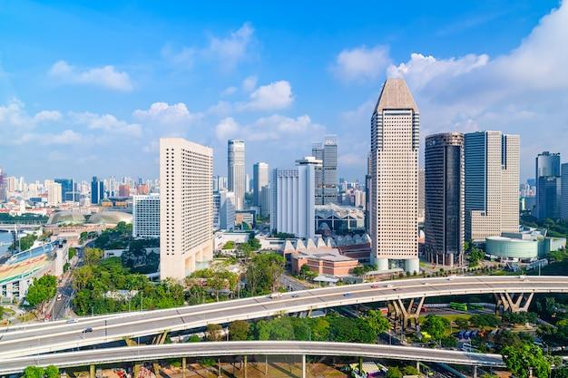 Cidade e tráfego com arranha-céus e céu azul na hora do dia.