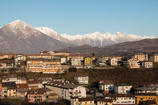 Cidade em paisagem montanhosa
