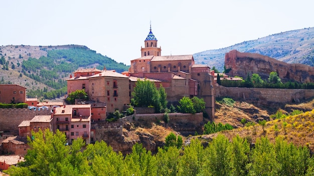 Cidade espanhola no verão. albarracín
