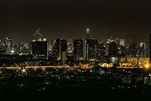 Cidade grande, cheia de arranha-céus à noite