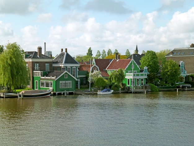 Cidade holandesa impressionante na margem do rio zaan, local histórico em zaanstad, holanda