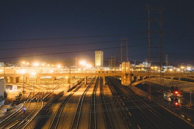 Cidade iluminada à noite