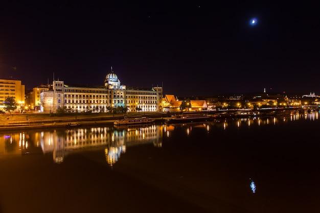 Cidade iluminada refletida em um lago