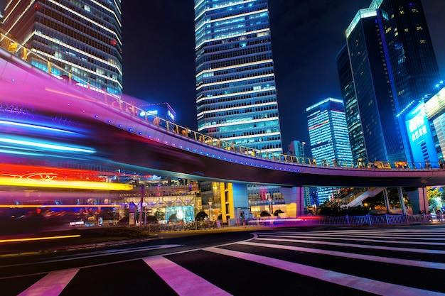 Cidade moderna à noite com efeito de movimento de longa exposição