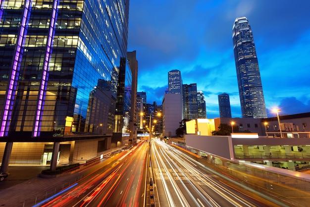 Cidade moderna à noite